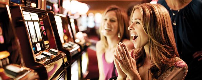 Mulher Jogando Slots Jogos de Casino com as Melhores Probabilidades de Ganhar