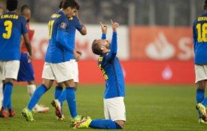 Everton Ribeiro comemora gol pela Seleção