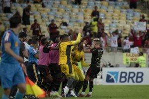 Andreas Pereira comemora o golaço pelo Flamengo