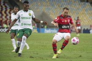Everton Ribeiro teve atuação discreta contra o Cuiabá