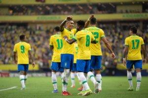 Rafinha comemora o gol pela Seleção Brasileira